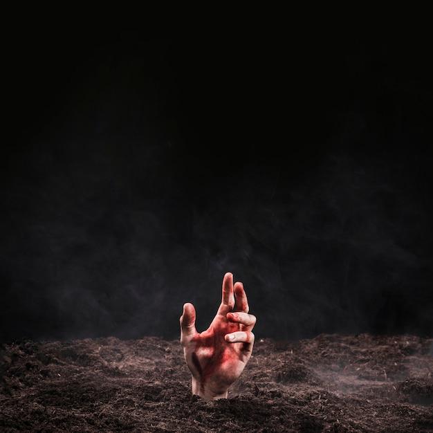La main faisant saillie du sol Photo gratuit