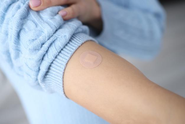 Main Féminine Après Vaccination Avec Du Plâtre Scellé. La Vaccination Et Son Concept De Conséquences Photo Premium