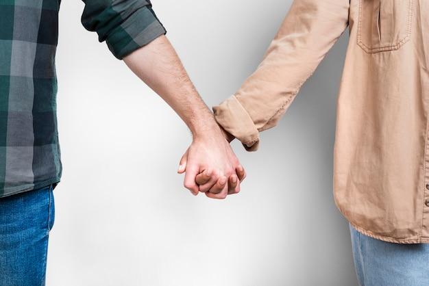Main féminine et masculine tenant ensemble Photo gratuit