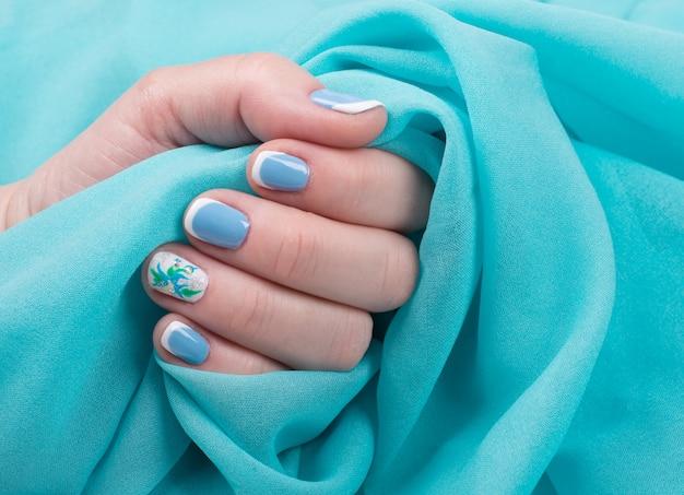 Main féminine avec des ongles manucurés Photo Premium