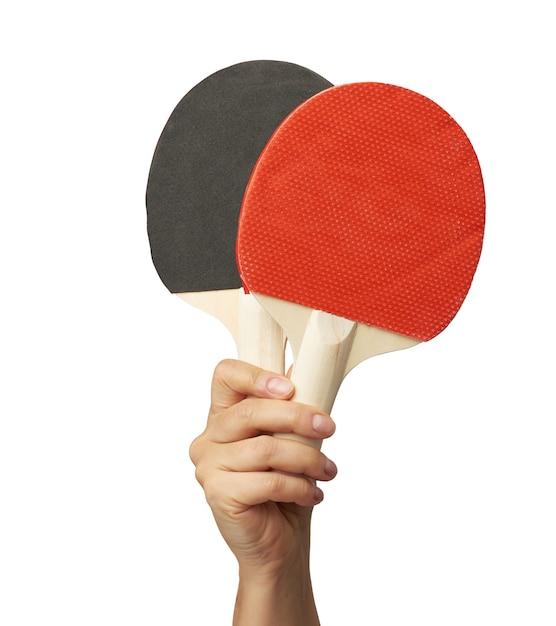 La Main Féminine Tient Deux Raquettes De Tennis De Table En Bois Photo Premium