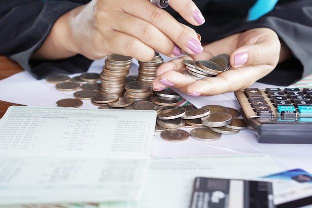 Main de femme d'affaires calculer économiser de l'argent Photo Premium