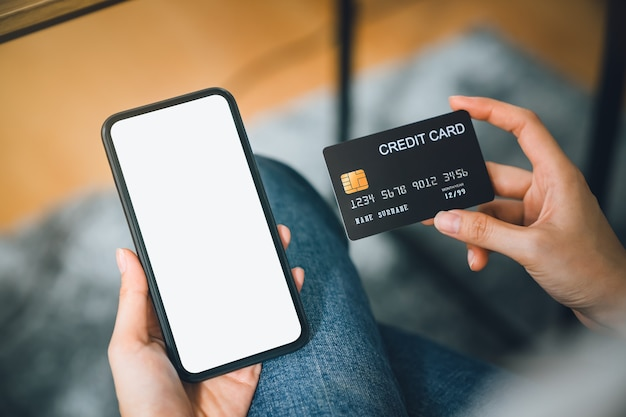 Main De Femme à L'aide De Smartphone Et Carte De Crédit Avec Paiement En Ligne Sur Mobile. Photo Premium