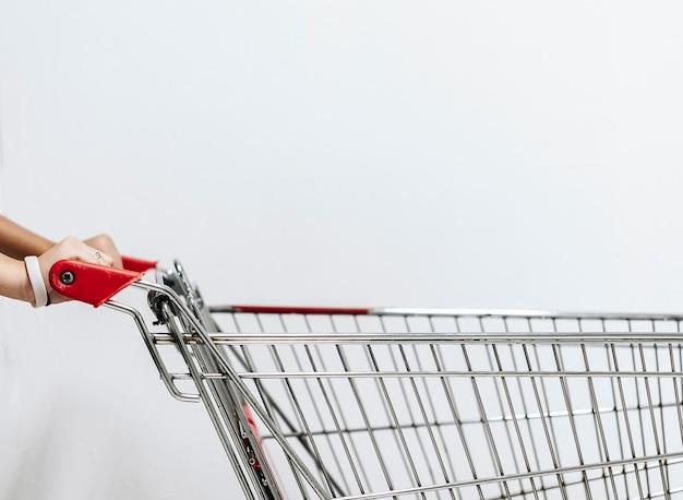 Une main de femme asiatique avec un panier vide. cette image est flou. Photo Premium