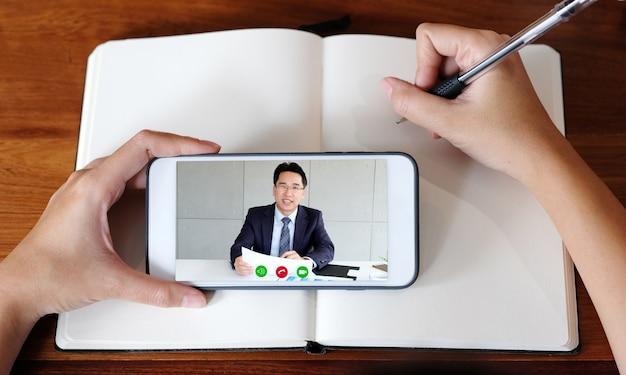 Main De Femme écrit Sur Ordinateur Portable Tout En Utilisant Un Téléphone Mobile Pour La Classe En Ligne Photo Premium