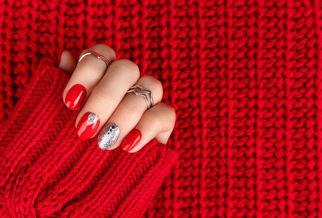 Main De Femme Avec Manucure Rouge à La Mode. Photo Premium