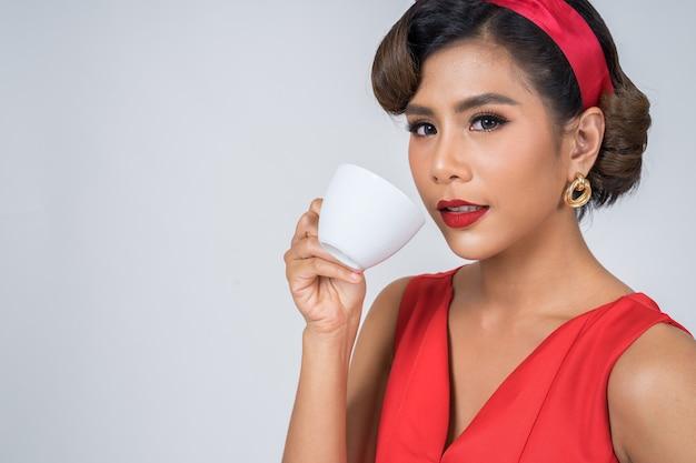 Main de femme de mode heureuse tenant une tasse de café Photo gratuit