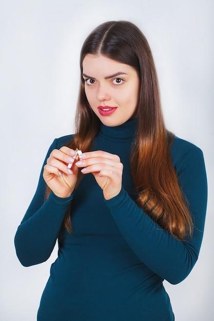 Main De Femme Montrant Une Cigarette Cassée. Style De Vie Malsain Photo Premium