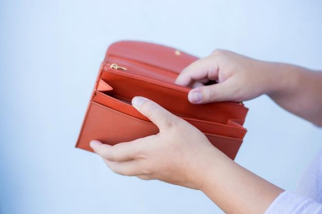 Main femme ouvrir un portefeuille vide Photo Premium