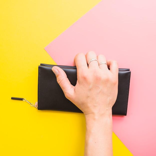 Main de femme avec pochette Photo gratuit