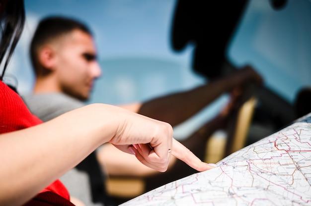 Main de femme pointant sur la carte Photo gratuit