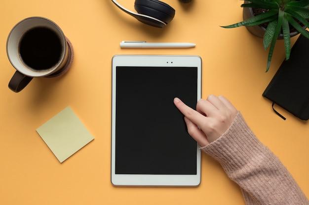 La Main D'une Femme Pointant Dans Une Tablette Numérique Maquette Photo Premium