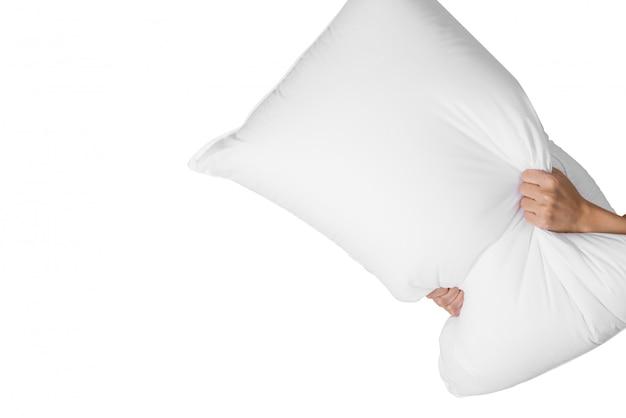 Main de femme tenant un oreiller blanc pour combattre isolé sur blanc Photo Premium