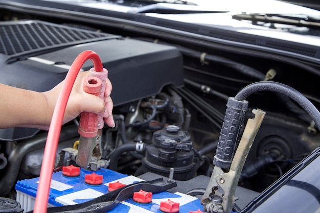 Main, femme, vérification, moteur, voiture, entretien Photo Premium