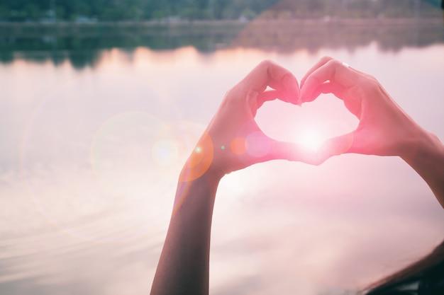 Main en forme de coeur d'amour Photo gratuit