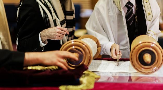 Main d'un garçon lisant la torah juive à bar mitzvah Photo Premium
