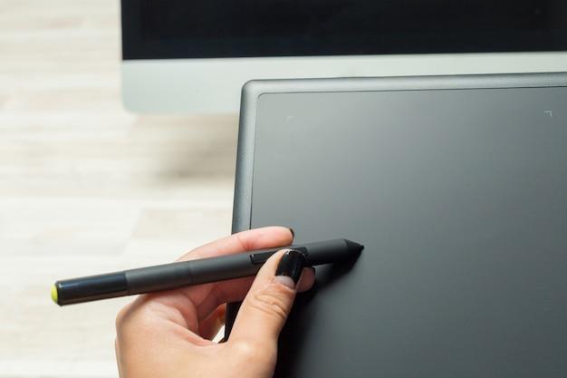 Main De Graphiste Travaillant Avec Stilus Et Tablette Photo Premium