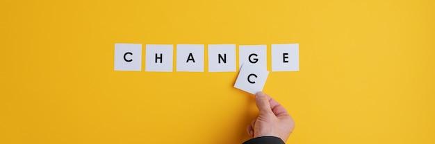 Main D'un Homme D'affaires Changeant Le Mot Changement En Chance. Photo Premium