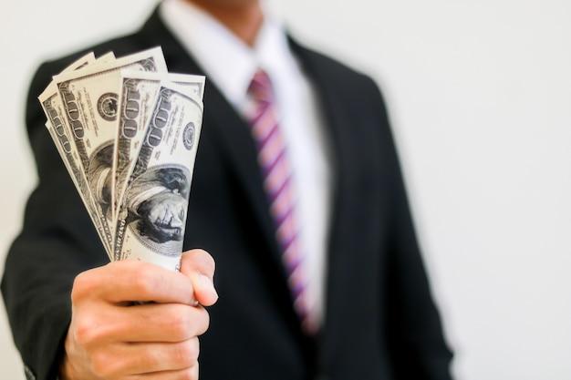 Main d'homme d'affaires détient une somme Photo Premium