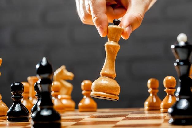 Main D'homme D'affaires Jouant Aux échecs Photo Premium