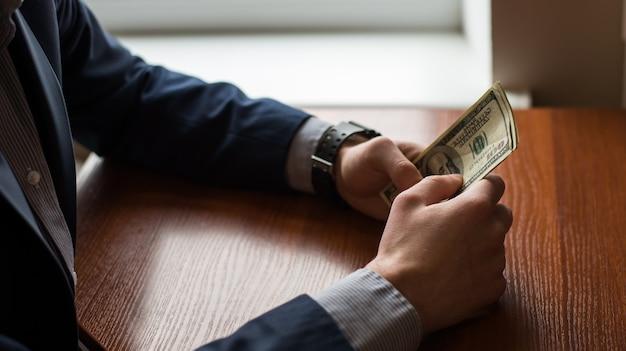 Main d'homme d'affaires saisissant de l'argent Photo Premium