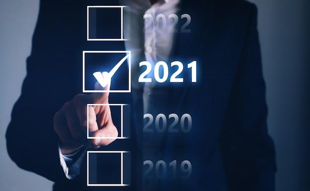 Main D'homme D'affaires Touchant Et Pointant L'année 2021 Des Quatre Options. Photo Premium
