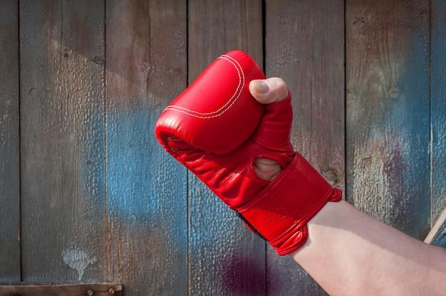 Main d'homme dans des gants de boxe rouges Photo Premium