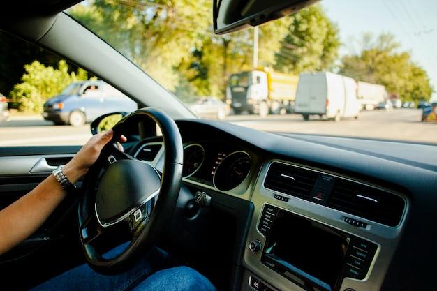 Main d'homme, voiture roue, dans, trafic Photo gratuit
