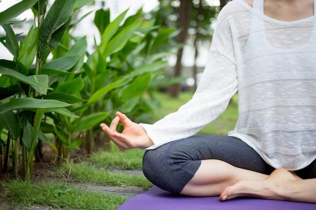 Main De Jeune Femme Qui Montre Le Zen Et Médite