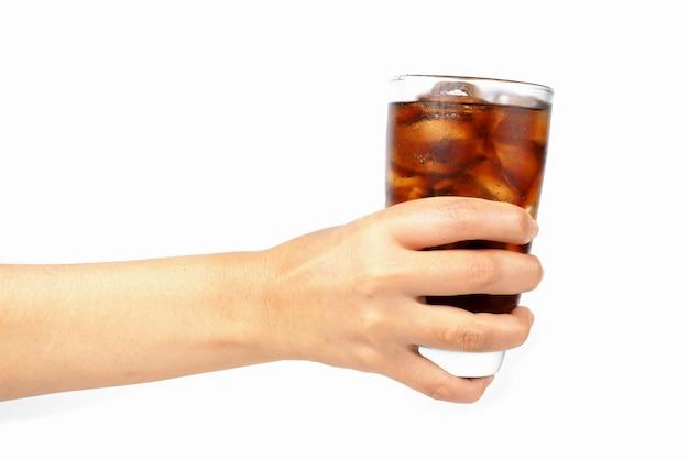 La Main De La Jeune Fille Tenant Un Verre De Cola Avec De La Glace Photo Premium