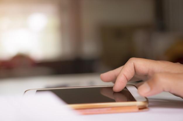 Main, de, jeune homme, pointage doigt, sur, smartphone, écran blanc Photo Premium