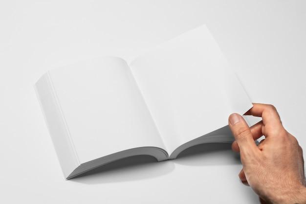 Main Et Livre Ouvert Vue Haute Photo gratuit