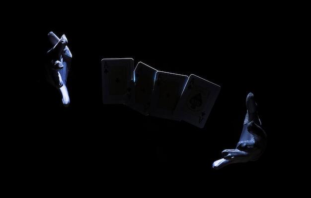 Main de magicien effectuant un tour avec carte à jouer Photo gratuit