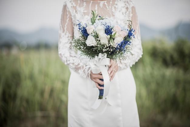 Main mariée, fleur, jour mariage Photo gratuit