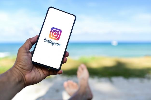 La Main Masculine Tient Le Smartphone Huawei Mate 20x Qu'app Instagram à L'écran. Photo Premium