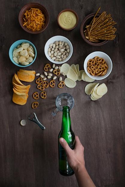 Main masculine verse de la bière Photo Premium