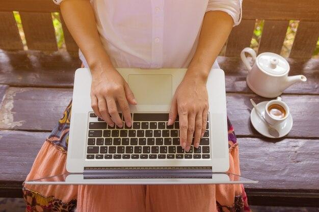 Main sur ordinateur portable. Photo Premium