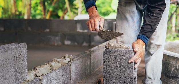 Main, Ouvrier, Plâtrer, Ciment, Sur, Mur Brique, Sur, Chantier Construction Photo Premium