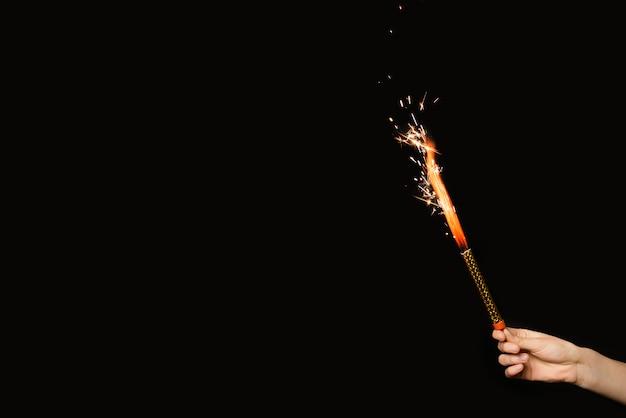 Main De La Personne Avec Feu D'artifice En Flammes Photo gratuit