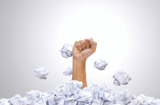 Main poinçon tas de boule de papier. concept de zone de confort, concepts de motivation et de défi. Photo Premium
