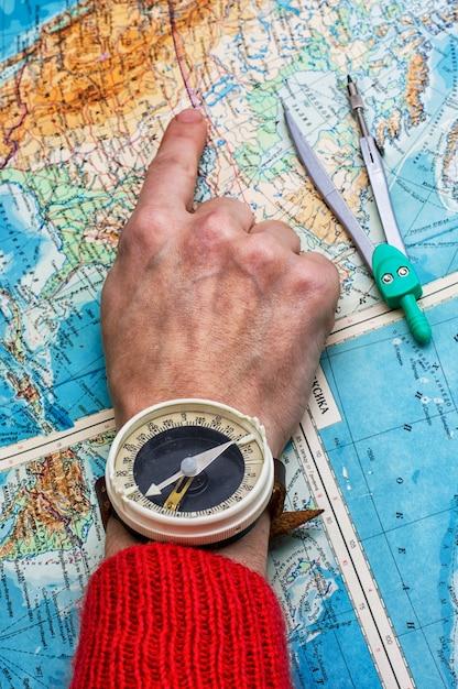 Main pour indiquer l'itinéraire Photo Premium