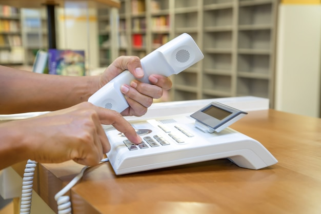 La Main Prend Le Téléphone Et Appuie Sur Le Bouton Photo Premium