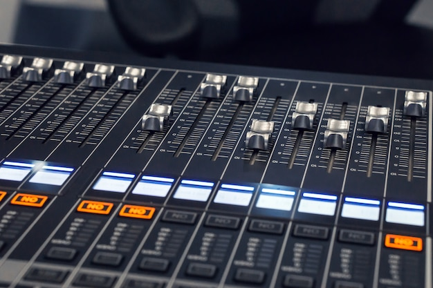Main push volume up., musique de table de mixage en studio., ingénieur du son professionnel. Photo Premium