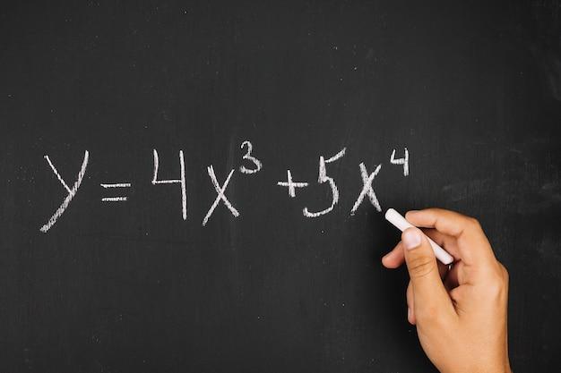 Main qui écrit l'équation mathématique Photo gratuit