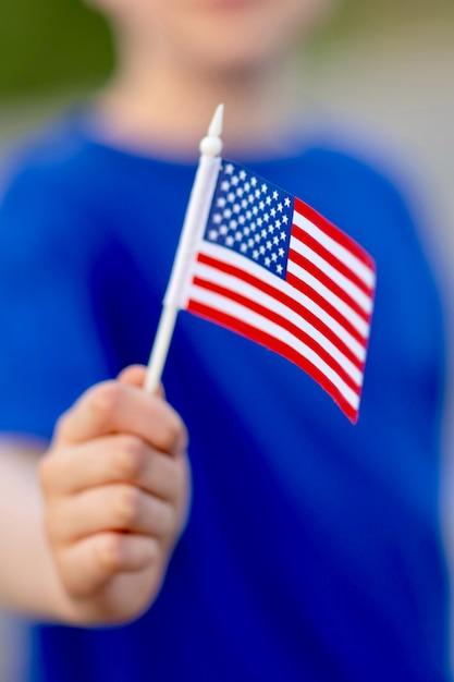 Main recadrée tenant le drapeau américain. Photo Premium