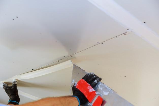 Main avec un sparadrap sur un mur Photo Premium