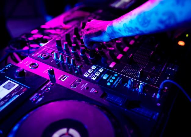 Main sur une station de mixage sonore Photo Premium