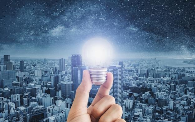 Main Tenant Une Ampoule Rougeoyante Photo Premium