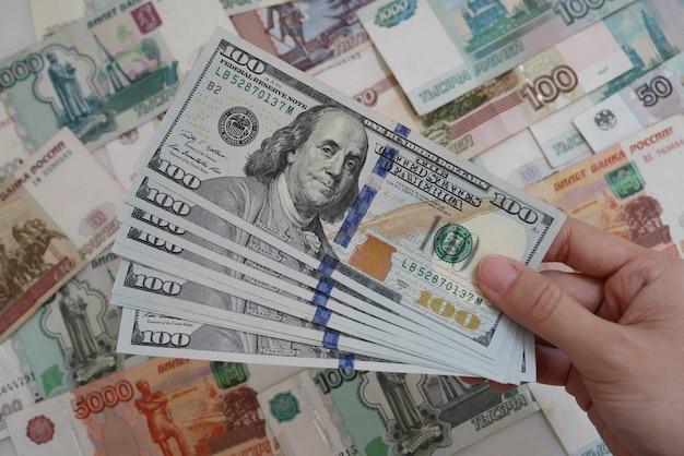 Main tenant le billet de banque usd sur fond de devise pour le concept d'échange de finance d'entreprise Photo Premium