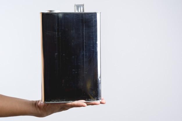 Main Tenant Une Boîte De Conserve Chimique Carrée En Acier Ou En Acier Inoxydable Photo Premium